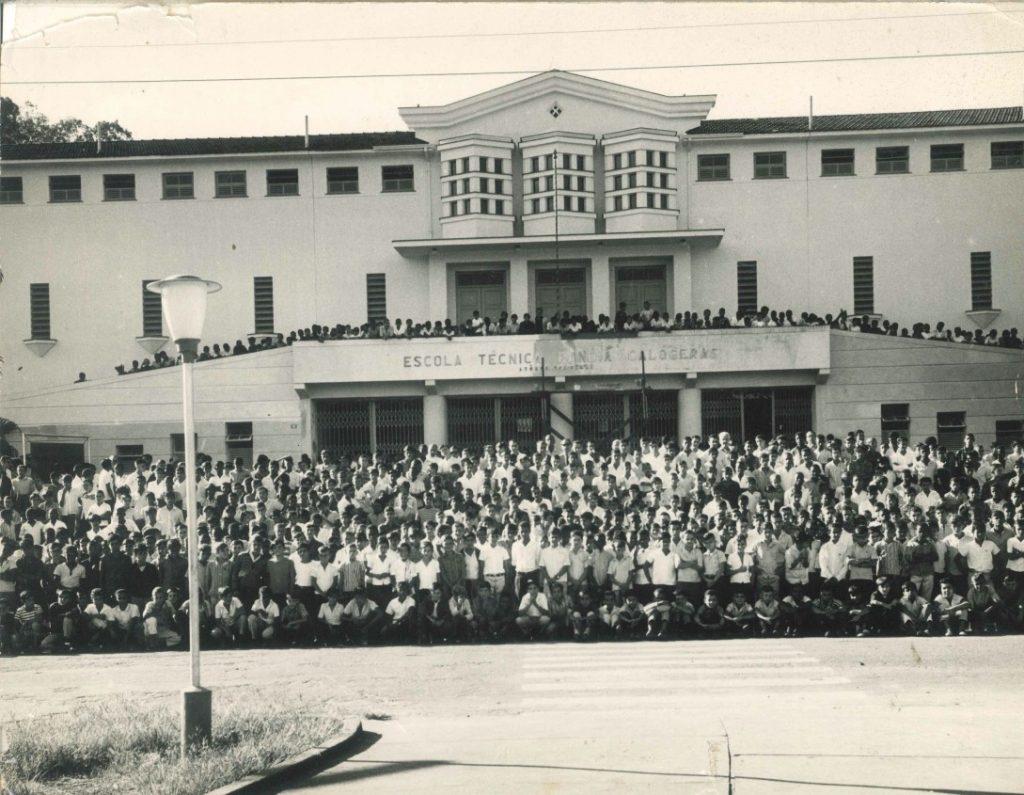 Inicia sua história como Escola Profissional da Companhia Siderúrgica Nacional.