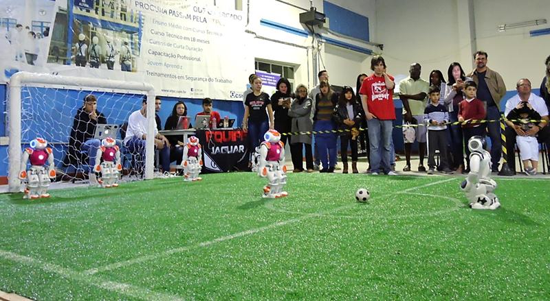 1º encontro de futebol com robôs humanoides