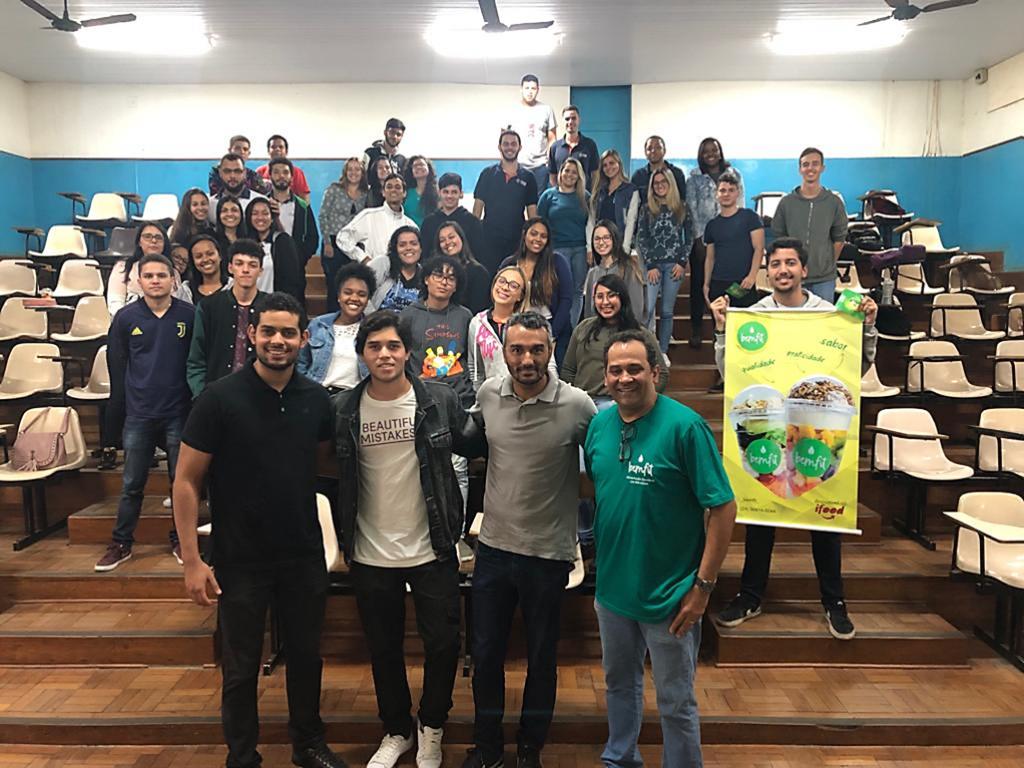 Ex-alunos realizam palestra sobre empreendedorismo